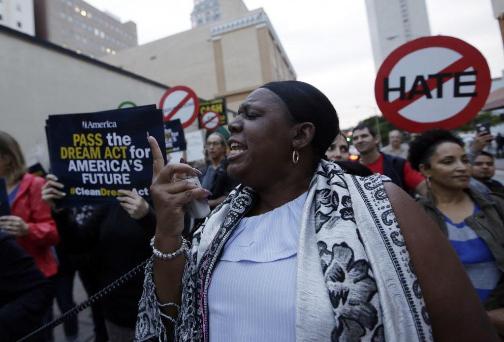 Una protesta contra el fin de DACA y el TPS en Miami, el mes pasado. Una demanda argumenta que hubo racismo en la decisión de dar por terminado el programa. (AP/LYNNE SLADKY)