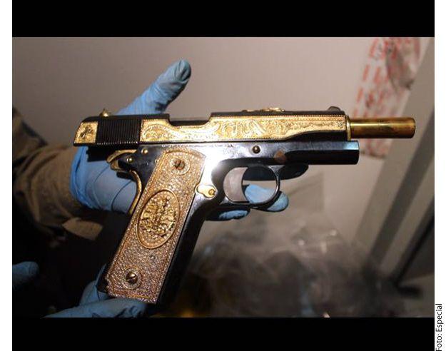 El cateo se prolongó a la madrugada del viernes, cuando al ingresar a la casa fueron encontradas cuatro armas largas y un rifle para cacería./ AGENCIA REFORMA