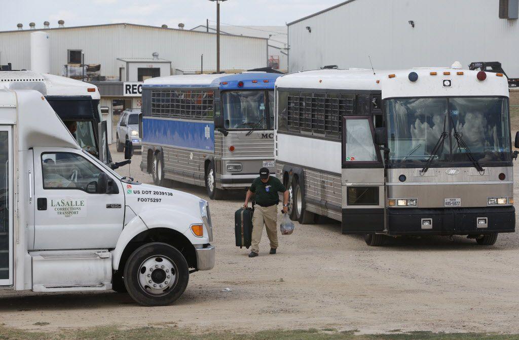 Los autobuses llenos con empleados detenidos salen después de que el Servicio de Inmigración y Aduanas allanó Load Trail LLC. fabricante de remolques en Sumner, Texas el 28 de agosto de 2018. (Nathan Hunsinger / The Dallas Morning News)