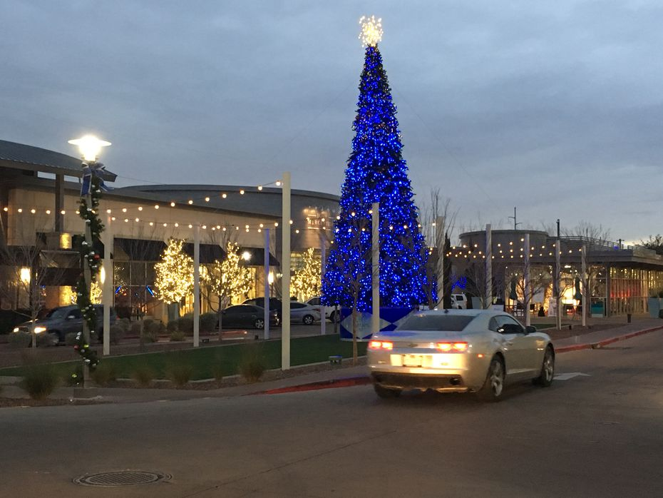 The Fountains at Farah in El Paso attracts customers in Mexico with billboards in Ciudad Juarez and Chihuahua City. The shopping center has an ice rink and events during the holiday to appeal to families.