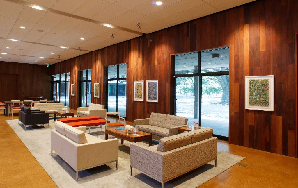 The remade Temple Emanu-El complex comes together in a spacious new gathering area.