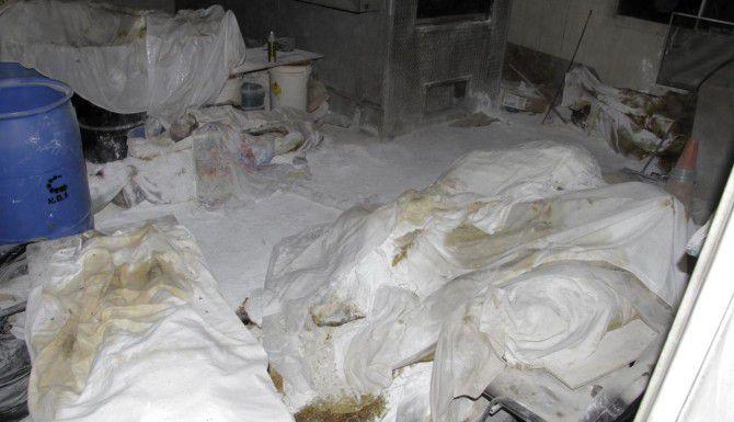 Los cuerpos cubiertos con sábadas y cubiertos de cal yacen en el crematorio de una funeraria abandonada en Acapulco, Guerrero. (AP/BERNARDINO HERNÁNDEZ)