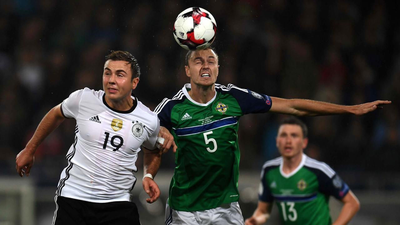 Mario Goetze (izq.) y la selección alemana derrotaron 2-0 al combinado de Irlanda del Norte el martes en Hannover. (AFP/GETTY IMAGES/PATRIK STOLLARZ)
