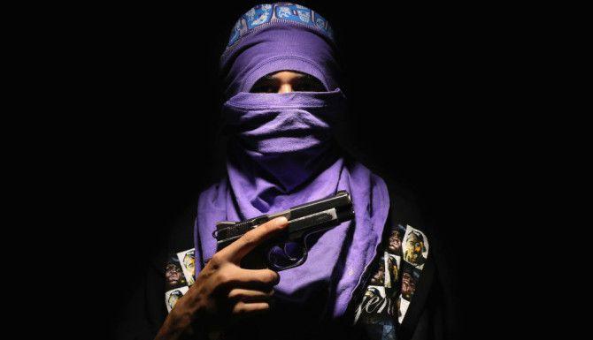 """SAN PEDRO SULA, HONDURAS. El líder local de la pandilla Barrio 18 'El Mortal', de 18 años, posa para una foto el 19 de agosto de 2017. En Honduras, bandas rivales como Barrio 18 y MS-13 controlan estrictamente el territorio, ganando dinero con la extorsión y el tráfico de drogas. """"Estos jóvenes se autodenominan sicarios o asesinos. Llegué a ellos gracias a un periodista local de televisión que me dijo que venían cuatro sujetos regresando de una pelea con otra pandilla y que uno de ellos se había robado un arma calibre 45 mm. Todos estaban muy drogados. Fueron fáciles de tratar porque confiaban en el periodista que venía conmigo pero tuvimos una sesión muy corta de fotos. Me pidieron no mostrar su rostro y me enfoqué en sus ojos"""". Foto: John Moore / Getty Images"""