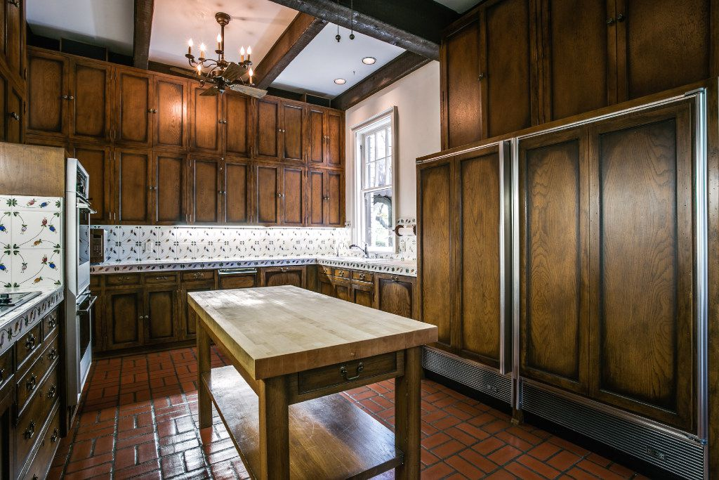 The kitchen of 3905 Beverly Drive in Highland Park.