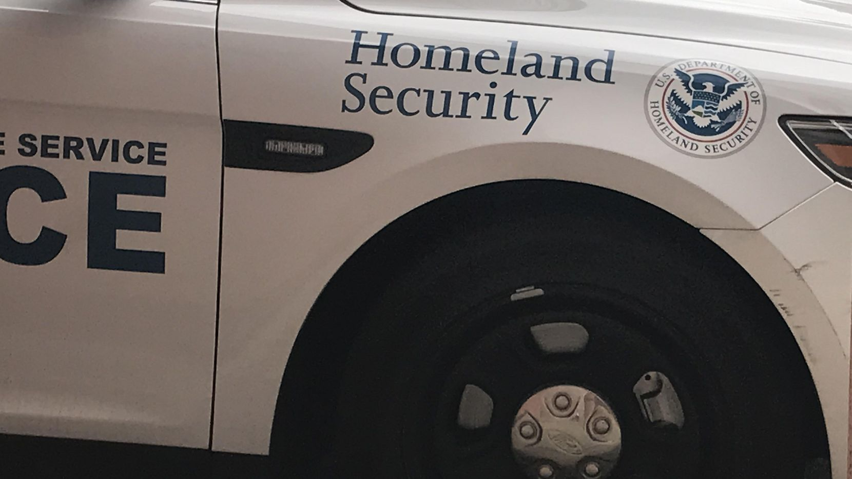 Una patrulla de la Agencia de Inmigración y Aduanas en el centro de Dallas.(AL DIA)