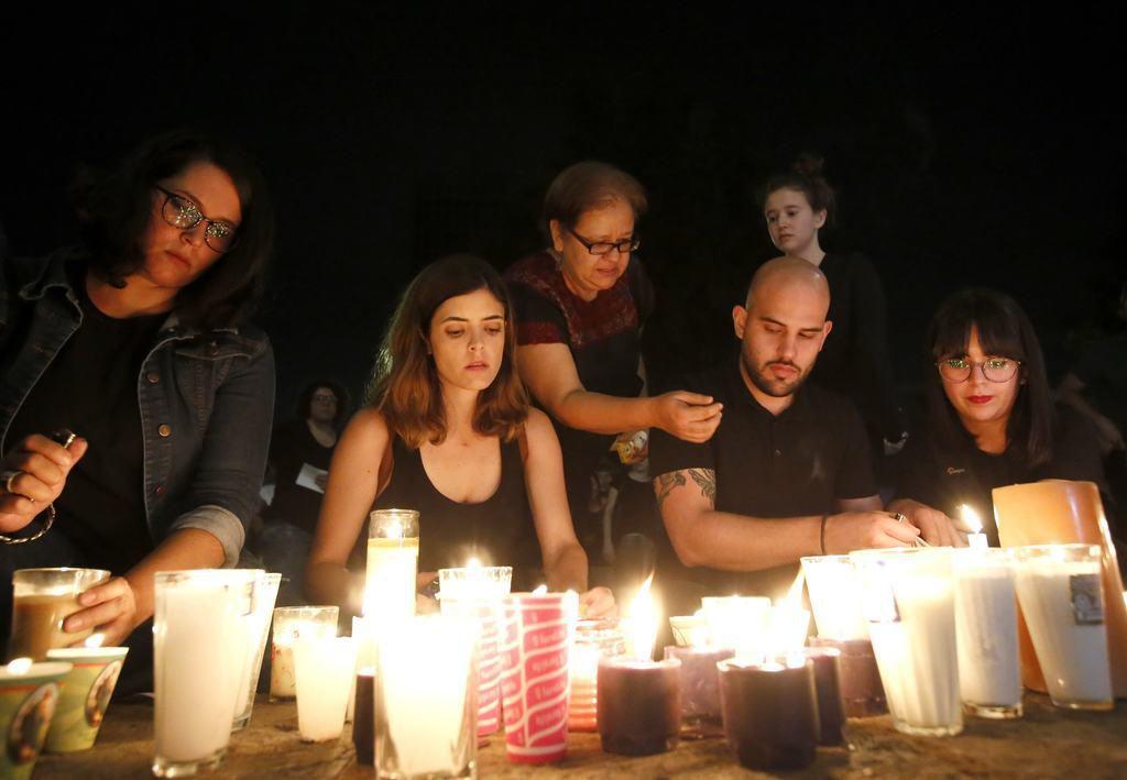 Familiares y amigos de tres estudiantes de cine desaparecidos realizaron una manisfestación al pie de la residencia del gobernador estatal el lunes. Los jóvenes habrían sido asesinados y sus cuerpos disueltos en ácido. (AFP-GETTY IMAGES/ULISES RUIZ)