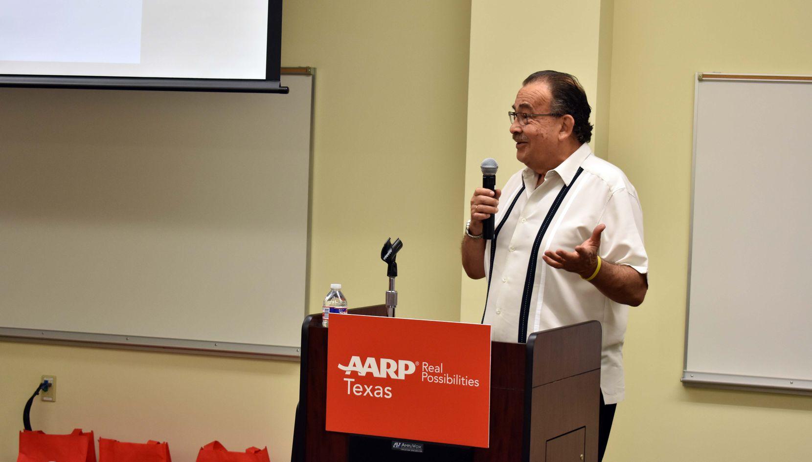 Gustavo Monsante, voluntario de AARP habló el sábado por la mañana de como evitar el fraude y robo de identidad/ MARIANA SIERRA- AL DÍA