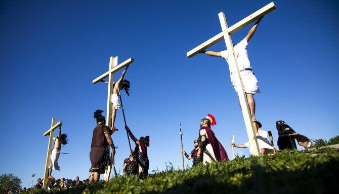 Fernando León (centro) escenificó a Jesucristo durante el viacrucis viviente en la iglesia católica St. Philip The Apostle en Dallas, el Viernes Santo. (Shaban Athiman/DMN)