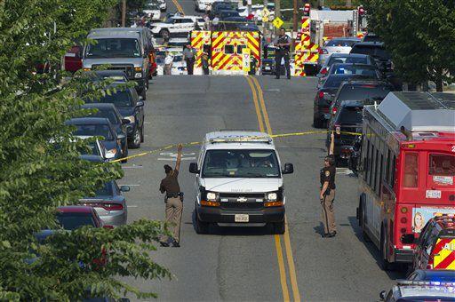 Policía y personal de emergencias se acercan al lugar donde el coordinador del bloque republicano en la cámara baja Steve Scalise y otras personas fueron heridas a tiros een Alexandria, Virginia, miércoles 14 de junio de 2017.  (AP Foto/Cliff Owen)
