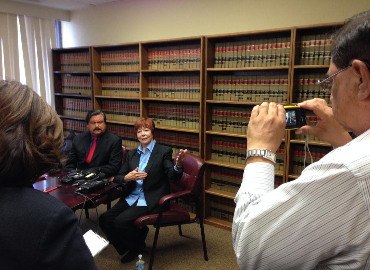 El abogado Domingo García (izq.) presenta a Patricia Murphy, quien afirma haber visto el cuerpo abandonado de un inmigrante mexicano luego de que recibió balazos por parte de un policía de Grapevine. (AL DÍA/ANA E. AZPURUA)