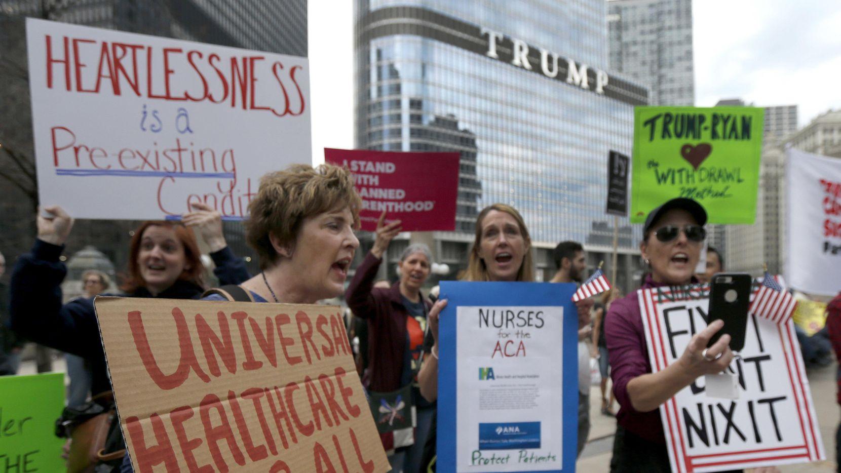 Manifestantes protestan frente a un edifico con el nombre de Donald Trump en Chicago ante la posibilidad de eliminar el plan de salud referido como Obamacare.(AP)