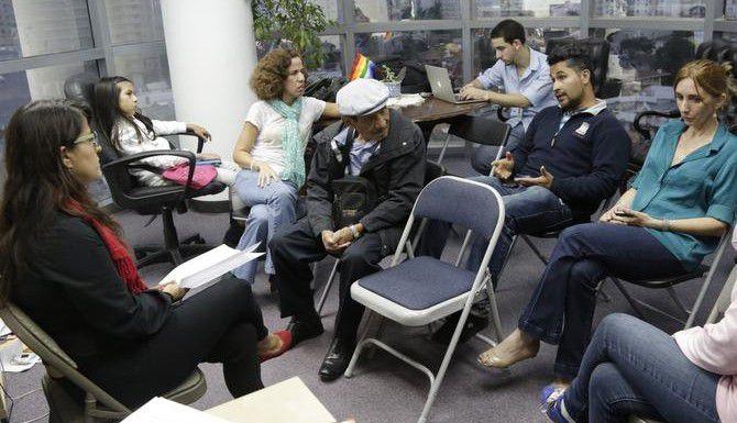 Inmigrantes discuten sobre el programa de acción diferida del presidente Barack Obama, en la oficina de la Coalición Migratoria de Miami. (AP/LYNNE SLADKY)