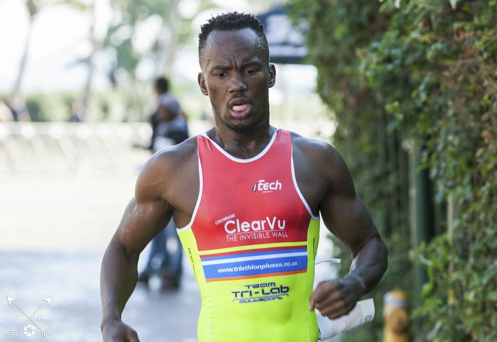 Mhlengi Gwala, triatleta de la selección nacional de Sudáfrica, fue atacado con un serrucho mientras se entrenaba en su bicicleta. Foto AP