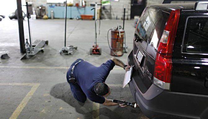 Robert García inspecciona un vehículo en un taller mecánico de Dallas. A partir de marzo, Texas dejará de expedir engomados de inspección, pero requerirá prueba de inspección aprobada para renovar el registro del vehículo.(G.J. McCARTHY/DMN)