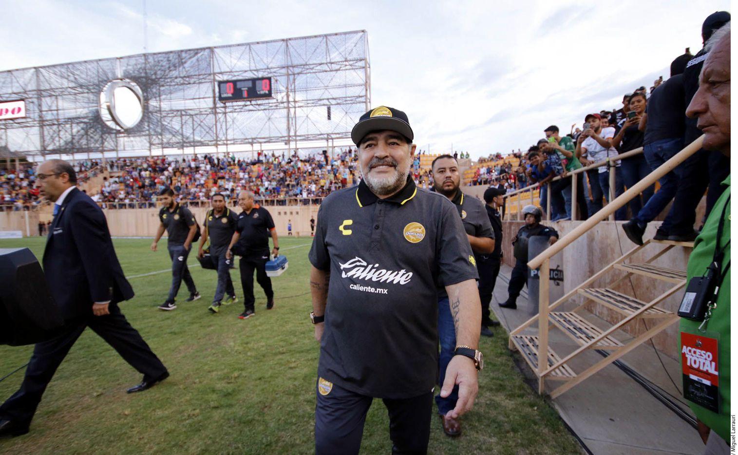 Hace unos días, medios argentinos establecieron que Diego Armando Maradona (centro) estaba molesto con la directiva del Gran Pez, por la salida de sus auxiliares, Mario García y Luis Islas./ AGENCIA REFORMA