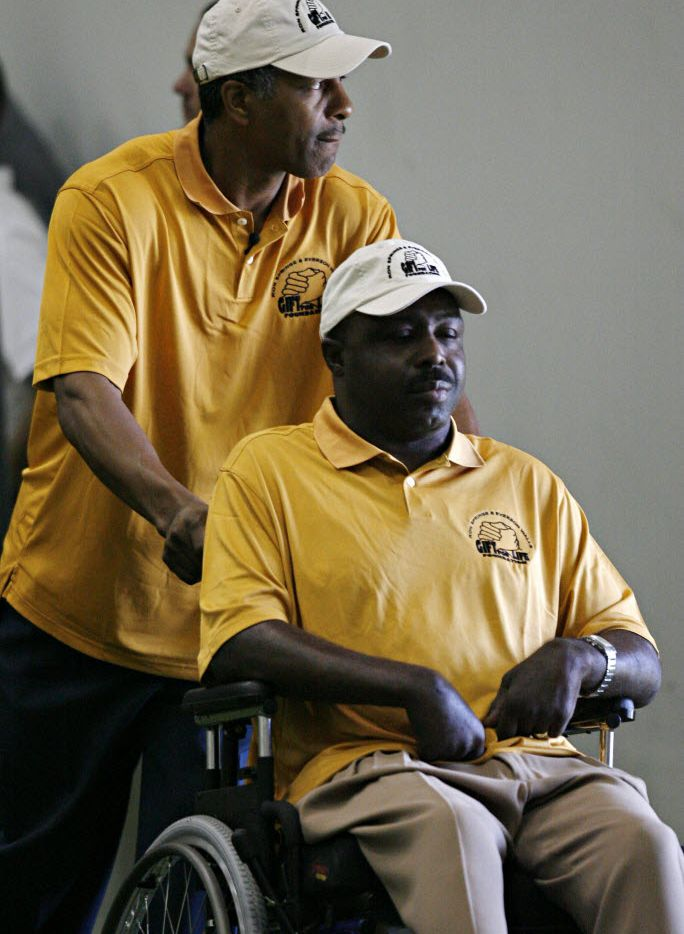 ORG XMIT: *S1913CCF8* Former Dallas Cowboy Everson Walls pushes fellow Cowboy veteran Ron Springs as they visit team practice August 14 at the Valley Ranch facility in Farmer's Branch.  09082007xNews  10182007xSports