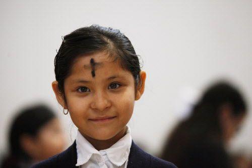 Amy Cano, poco después de recibir la cruz de ceniza, durante la misa del miércoles en la iglesia Santa Clara.