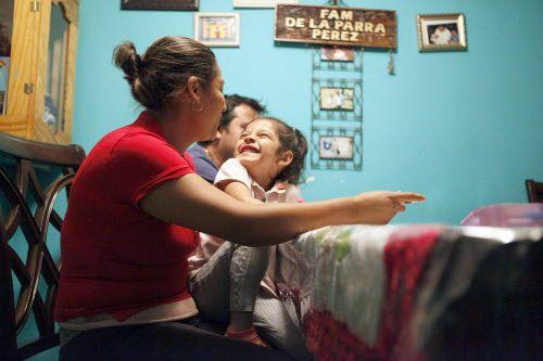 Nancy Pérez juega con su hija menor Valeria, de 4 años, quien entrará en prekínder en agosto.