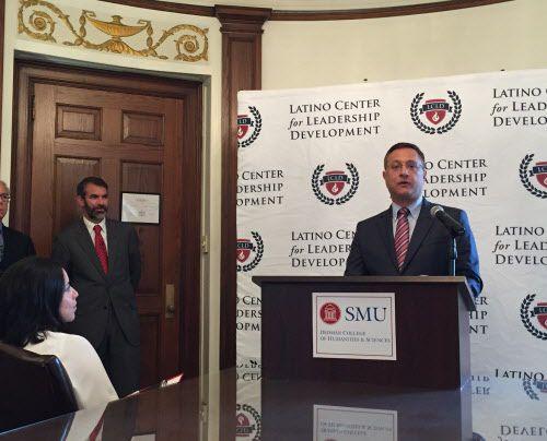 Jorge Baldor anuncia una contribución a SMU para un gabinete estratégico de política latina, en septiembre 2015.