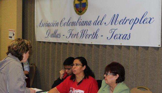 Miembros de la Asociación Colombiana del Metroplex reúnen firmas para pedir la apertura de un consulado de Colombia en Dallas. (AL DÍA/KARINA RAMÍREZ)