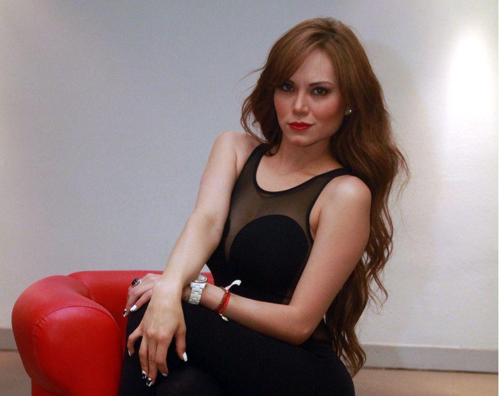 Vivian Cepeda (foto), quien enfrentó un escándalo en diciembre del 2014 tras revelarse las imágenes junto al vocalista del grupo La Leyenda, Eliseo Robles Jr., ha comprobado que de lo negativo también se aprende./ AGENCIA REFORMA