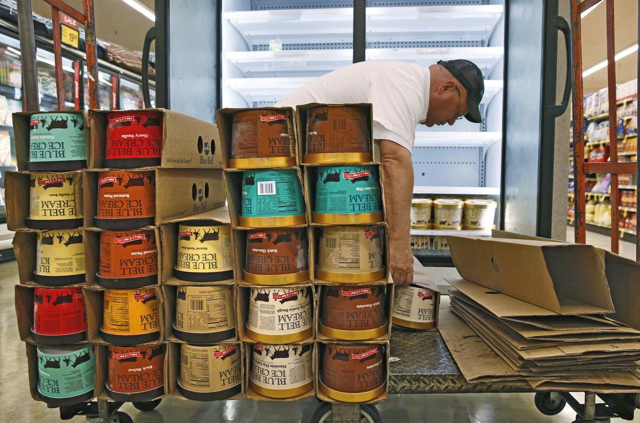 Un supervisor de Blue Bell Ice Cream en Dallas. Los helados fuero retirados en varios estados luego de una revisión. (DMN/NATHAN HUNSINGER)