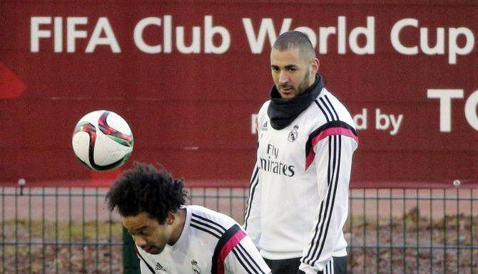 Karim Benzema (atrás) y Marcelo entrenan con el Real Madrid de cara a su compromiso frente a la Máquina dentro del Mundial de Clubes. (AP/CHRISTOPHE ENA)