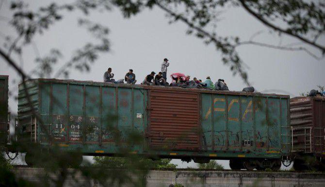 Migrantes centroamericanos esperan que el tren de carga que utilizan para viajar por México reanude su recorrido luego de un descarrilamiento, en Reforma de Pineda, Chiapas. (AP/REBECCA BLACKWELL)