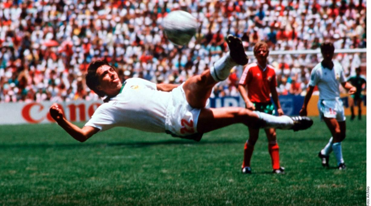 El mexicano Manuel Negrete anotó un gol de tijera ante Bulgaria en la Copa del Mundo de México 1986.(AGENCIA REFORMA)