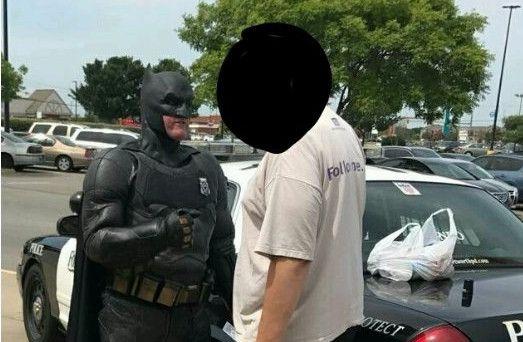 Imagen tomada de la cuenta de Twitter de Damon Cole, un policía que se disfraza de superhéroe para acercarse a la comunidad.