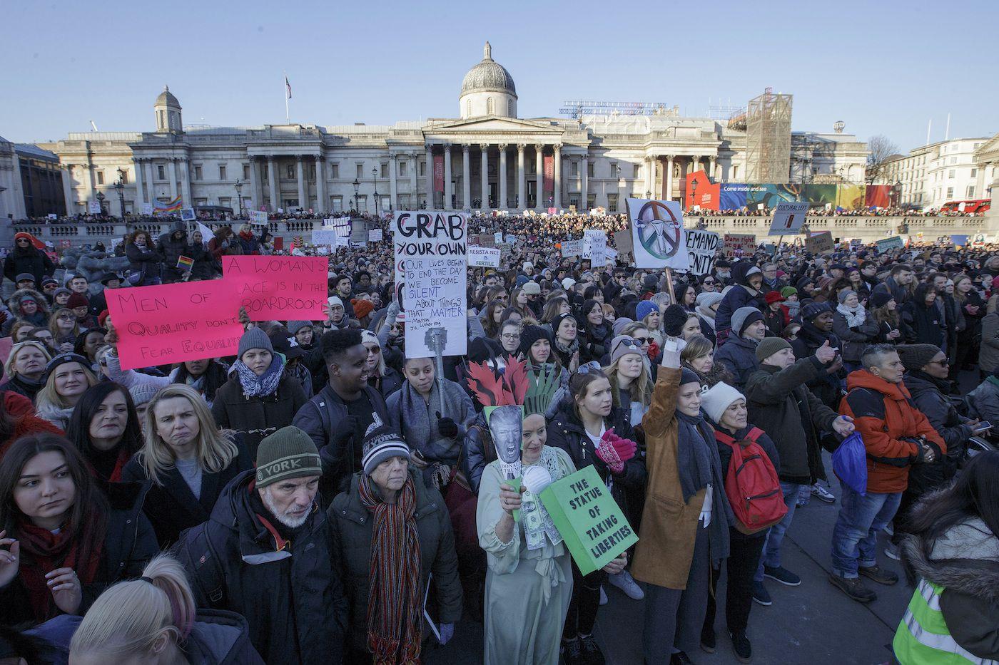 Manifestantes participan en la Marcha de las Mujeres en la Plaza Trafalgar en el centro de Londres tras la investidura del presidente de Estados Unidos, Donald Trump, el sábado 21 de enero de 2016. La manifestación se llevó a cabo en solidaridad con la Marcha de las Mujeres en Washington y otras cuidades del mundo, para defender los derechos de las mujeres y protestar por la presidencia de Trump. (AP Foto/Tim Ireland)
