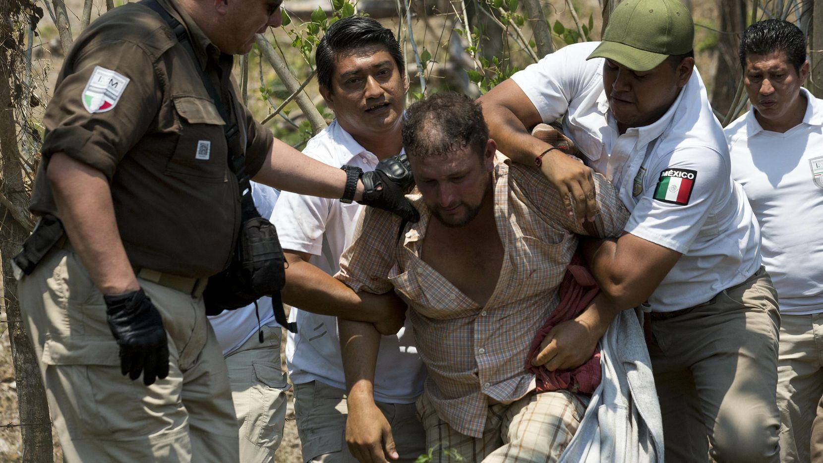 Un inmigrante es detenido por agentes de migración de México en Pijijiapan, Chiapas. (AP/Moises Castillo)
