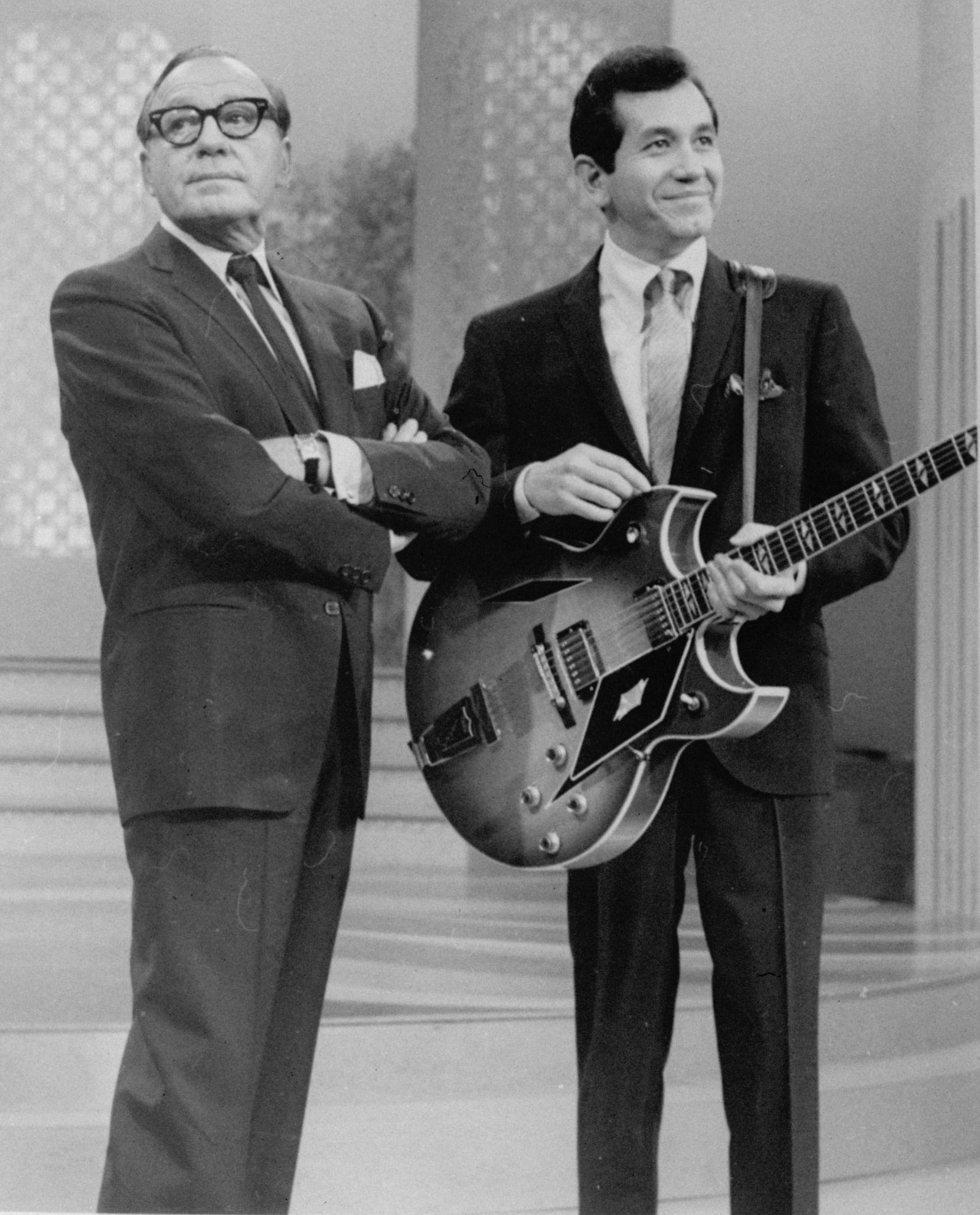 El comediante Jack Benny funto a Trini López en 1966. AP