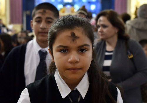 Amaris Espinosa a su salida de la iglesia de Santa Clara luego de recibir la cruz de ceniza. BEN TORRES/AL DÍA