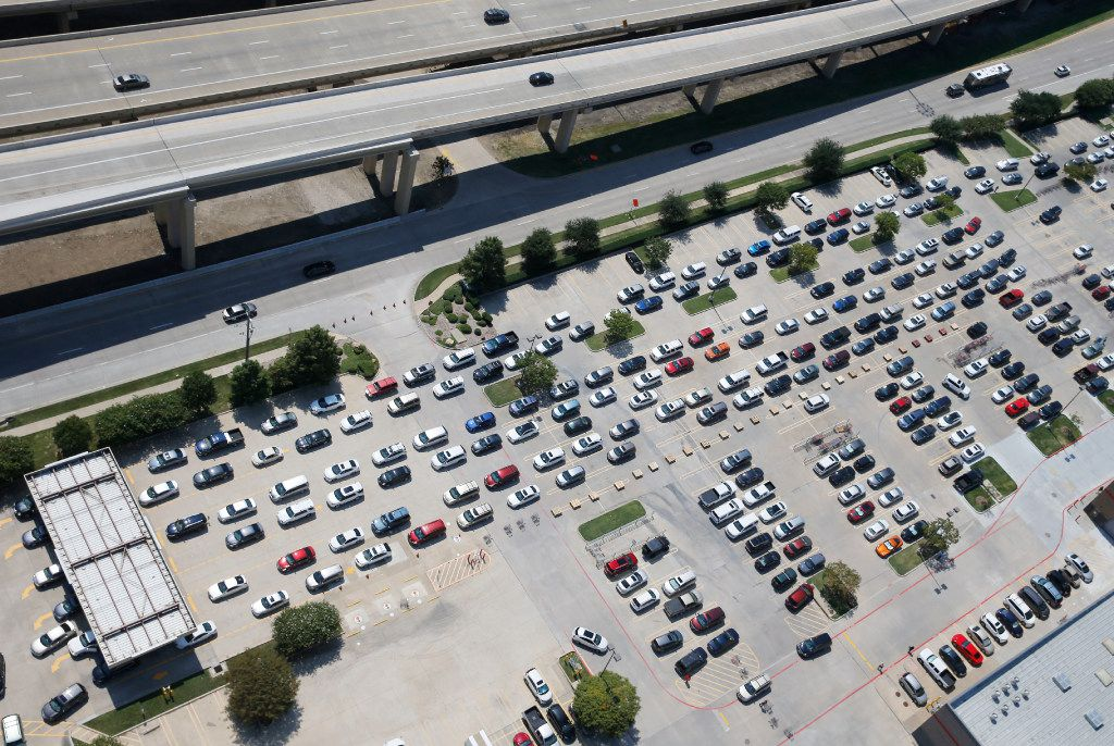 People wait in line to get gas at the Costco at Sam Rayburn Tollway and I-35 in Lewisville on Thursday, August 31, 2017. (Vernon Bryant/The Dallas Morning News)