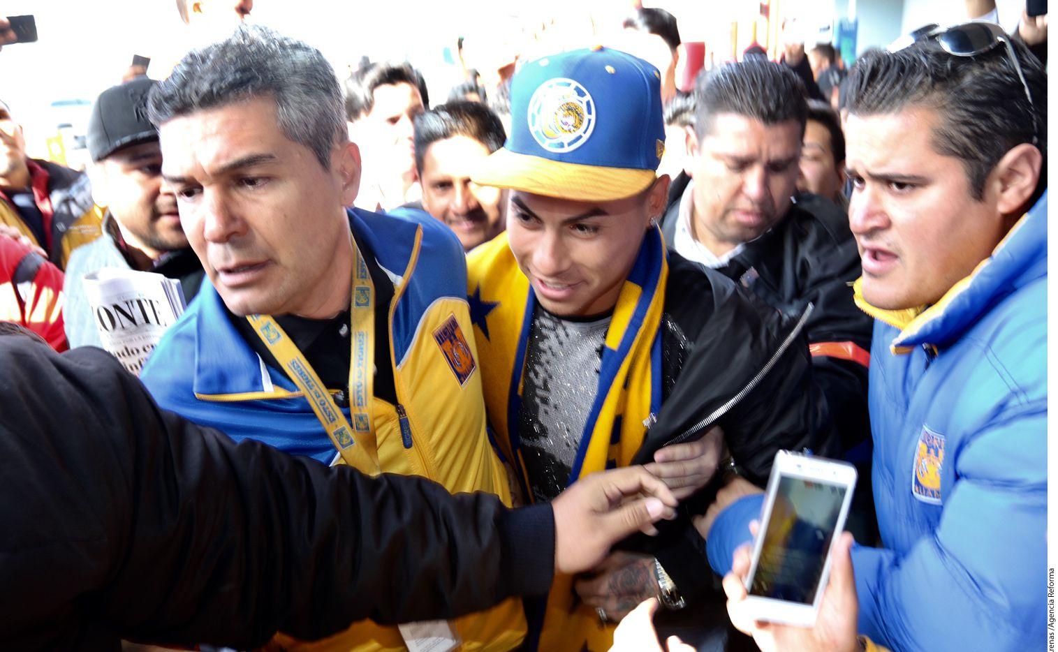 El chileno Eduardo Vargas (de gorra), quien jugará con Tigres, tuvo un día ajetreado, tras arribar cerca de las 10:00 horas y ser recibido en medio de un caos por poco más de 100 aficionados./ AGENCIA REFORMA