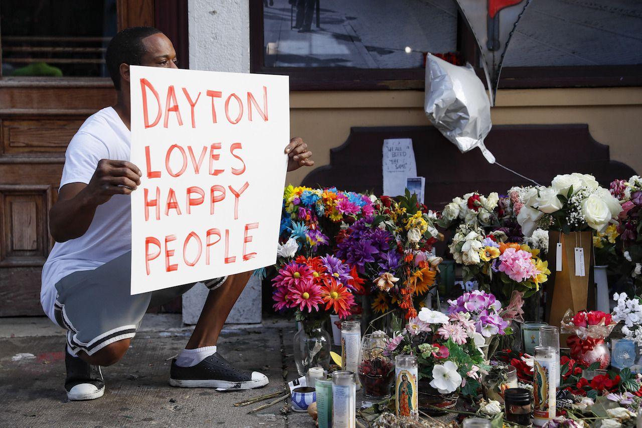 Damon Smith muestra lo que describe como un mensaje positivo antes de la llegada de Donald Trump a Dayton, Ohio, el miércoles.