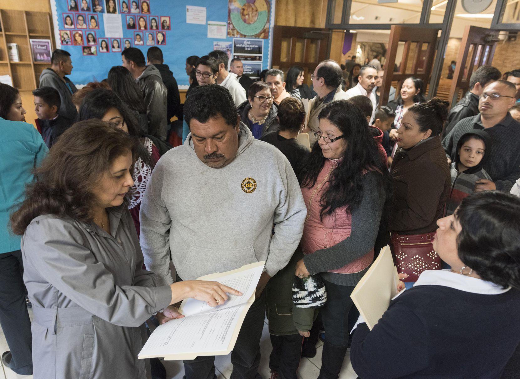 Socorro Perales (izq.) y Xochi Guerra, de Dallas Area Interfaith, platican con Antonio Rangel, quien está solicitando su ciudadanía. REX CURRY/DMN
