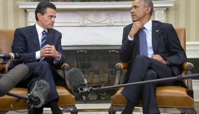Los presidentes Barack Obama (der.) y Enrique Peña Niego durante la reunión del martes en la Casa Blanca. (AP/CAROLYN KASTER)