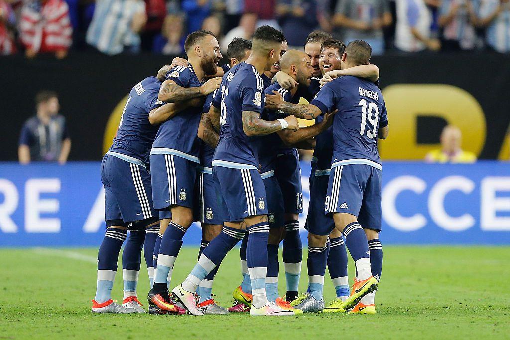 Jugadores de Argentina celebran el gol de tiro libre de Lionel Messi ante Estados Unidos, por las semifinales de la Copa América. Foto GETTY IMAGES