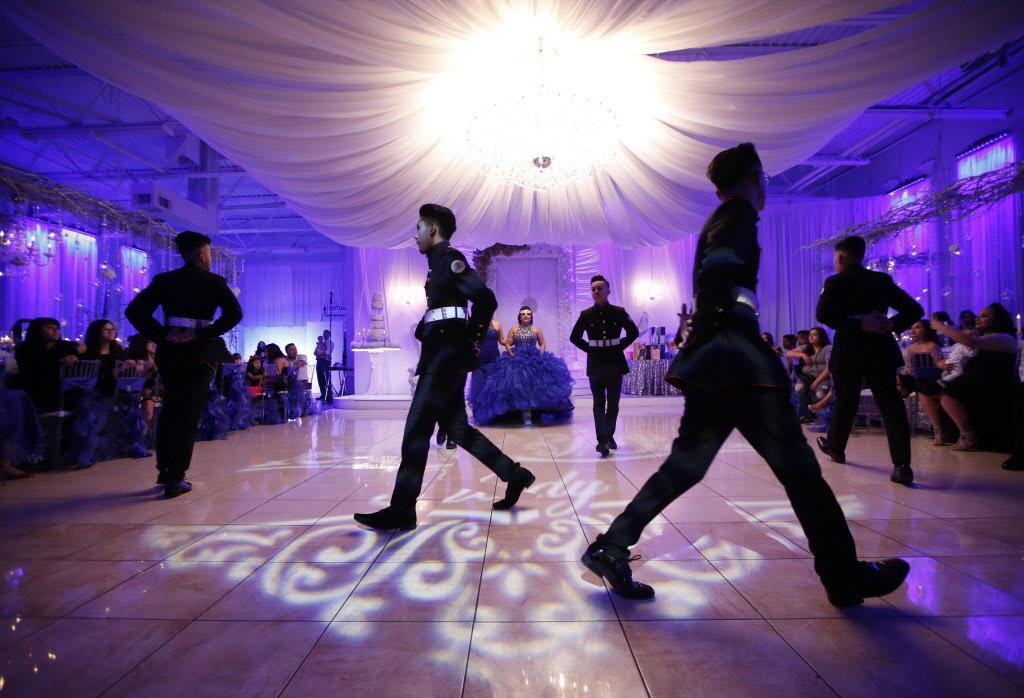 Los Latin Boyz Cadets en medio de uno de sus bailes durante una quinceañera en el Latino Ballroom, en Garland.  NATHAN HUNSINGER/DMN