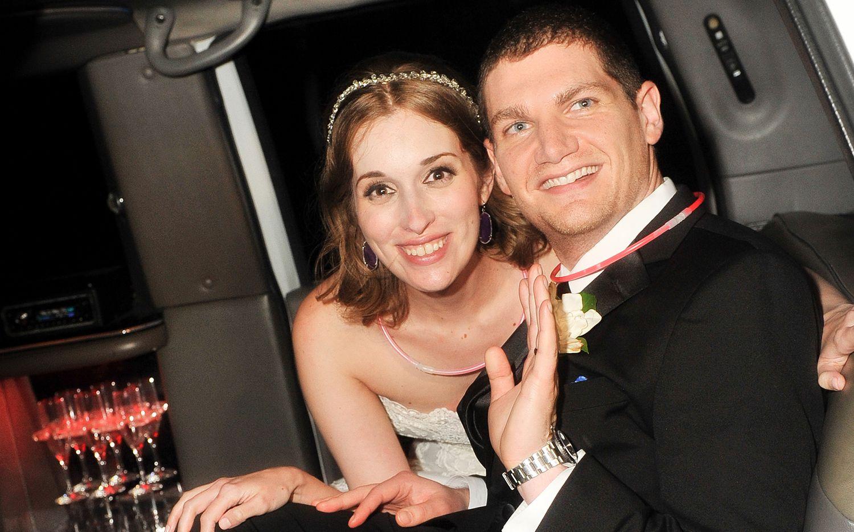 Neely y Andrew Moldovan en el día de su boda. La pareja deberá pagar $1 millón por difamar a la fotógrafa de su ceremonia.