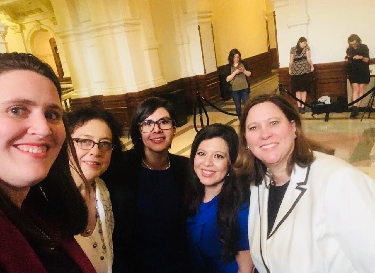 El nuevo caucus LGBTQ (De izq. a der.) Erin Zwiener, Celia Israel, Jessica González, Mary González y Julie Johnson. CORTESÍA ERIN ZWIENER
