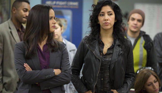 """Melissa Fumero (izq.) y Stephanie Beatriz en """"Brooklyn Nine-Nine"""", no pensaban que dos latinas pudieran ser escogidas para una serie de televisión. (AP/FOX)"""
