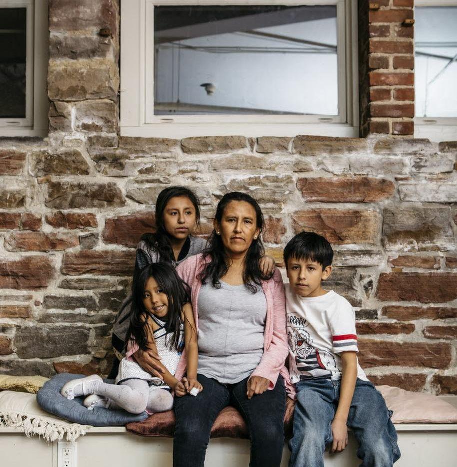 Jeanette Vizguerra, con sus hijos, de isquierda a derecha: Zury, Luna y Roberto, en Denver el 14 de febrero del 2017. (NYT/RYAN DAVID BROWN)