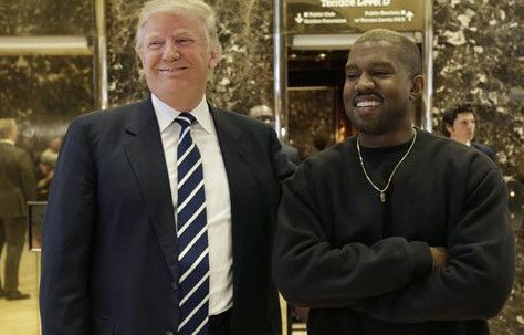 El presidente electo Donald Trump posa con Kanye West en el vestíbulo del Trump Tower en Nueva York, el martes 13 de diciembre del 2016. (AP Foto/Seth Wenig)