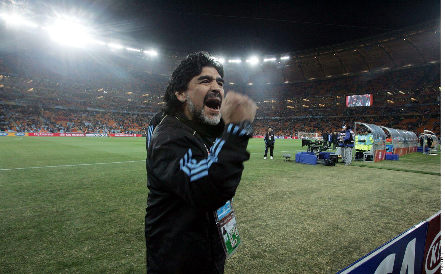 Tras la clasificación sufrida de Argentina a Octavos de Rusia 2018, tras ganarle a Nigeria, el martes pasado se hizo viral un video en el que se ve a Diego Maradona (foto) descompensado en su palco del estadio y luego un audio en el que se decía había fallecido. AP