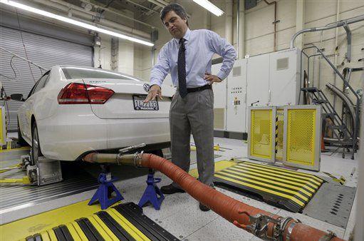En esta foto del 30 de septiembre de 2015, John Swanton, vocero de la Junta de Recursos del Aire de California explica cómo se evalúan las emisiones de un VW Passat con motor diesel en el laboratorio de emisiones en El Monte, California. (AP/NICK UT)