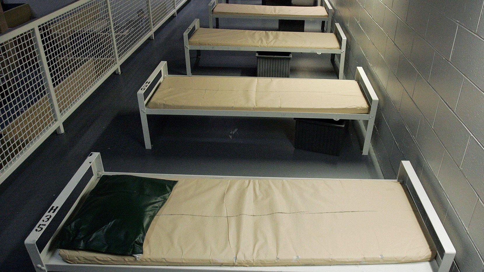 """Camas en un centro de detención de migrantes en Elizabeth, New Jersey. Cientos de mujeres embarazadas han sido detenidas por ICE por """"circunstancias extraordinarias"""". (AP/MEL EVANS)"""